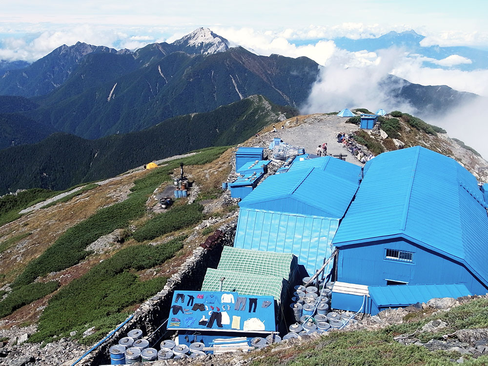 洗濯物を干す 八ヶ岳のシルエット